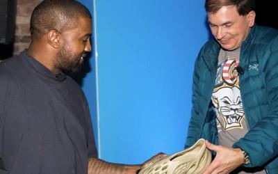 坎爷公布下一代Yeezy跑鞋 海藻原料/看起来像洞洞鞋