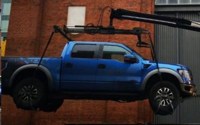 一福特皮卡挡住了特斯拉充电桩 被警方用起重机抬走