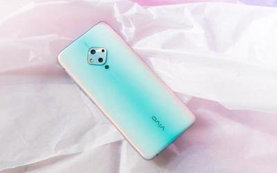 蔡徐坤划拉手机屏幕上热搜?手中的vivo S5成最大亮点