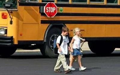 美国现原因不明的神秘病症 小孩一到学校就开始呕吐