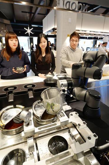 LG在韩国餐厅部署 下面条 机器人 厨子的饭碗都要抢