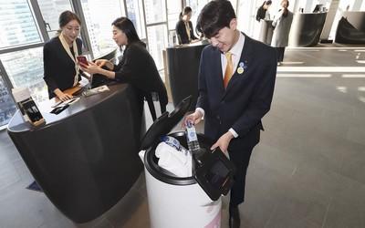 韩国电信公司推出服务机器人 可以自己乘电梯送货