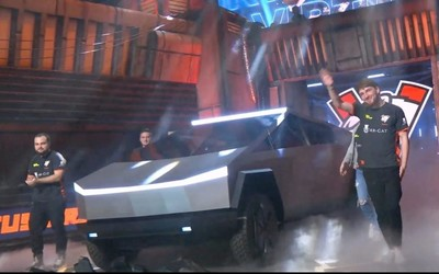 """特斯拉Cybertruck现身DOTA比赛 """"激光刀大灯""""闪瞎眼"""