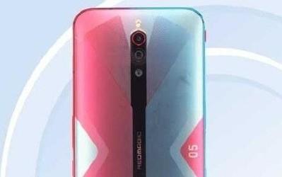 红魔5G游戏手机亮相〗工信部 后置三摄红蓝配色目光却始终盯着青帝超吸睛