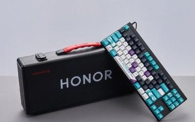 荣耀联合CHERRY推机械键盘 红轴加持办公游戏两不误