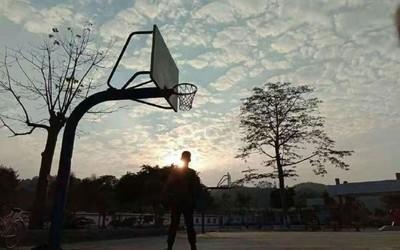 不光库里在寻找独臂篮球少年 荣耀还要送他Play4 Pro