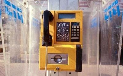 你以为公共电话消失了?想不到吧它还在那里发光发热