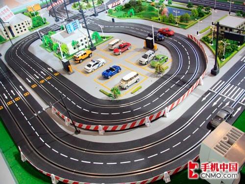 沙盘上模拟的主要是城市交通系统,其中包括道路标志,停车场,红绿灯等