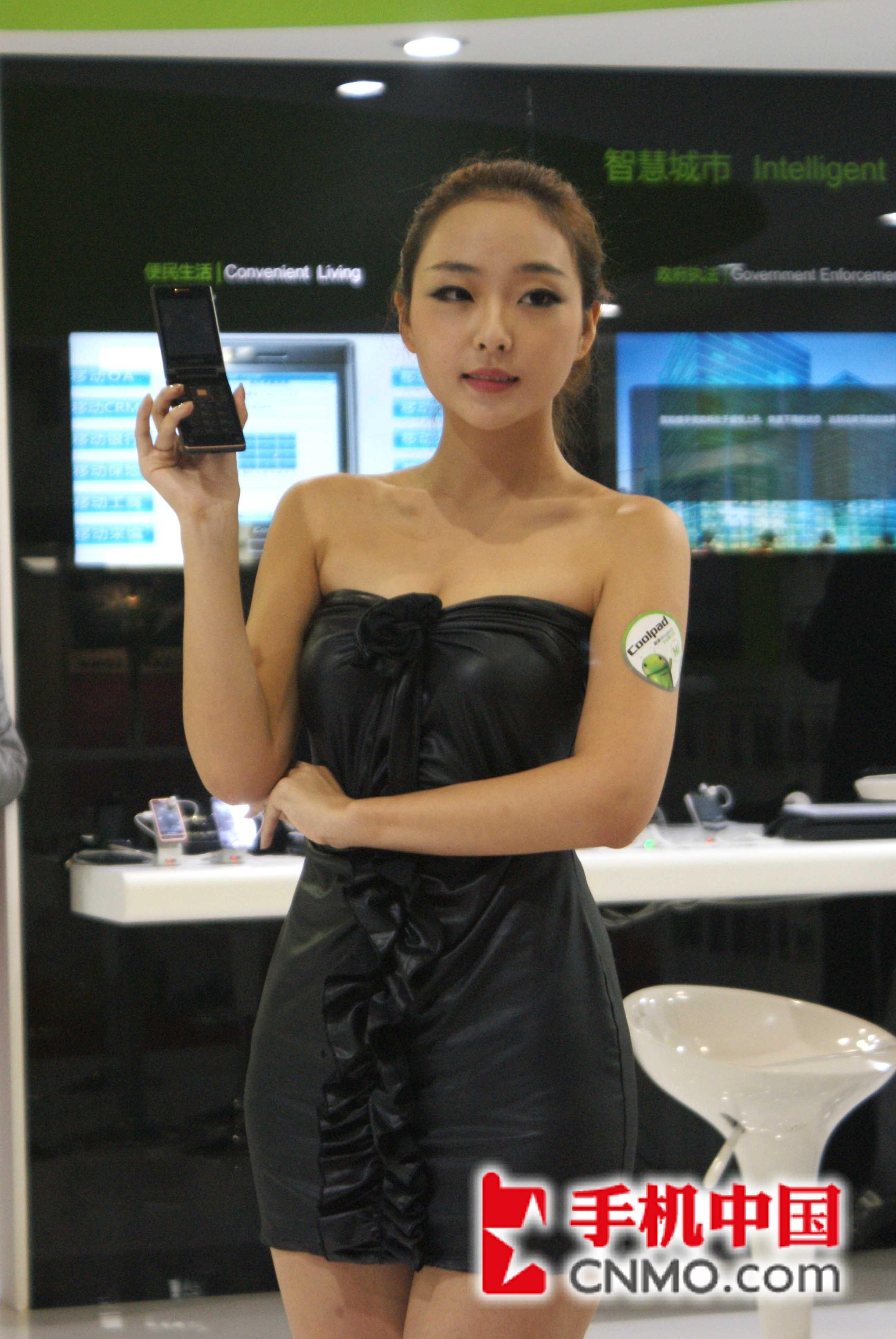 黑衣美女酷派促销美女台湾通信展美女  竖