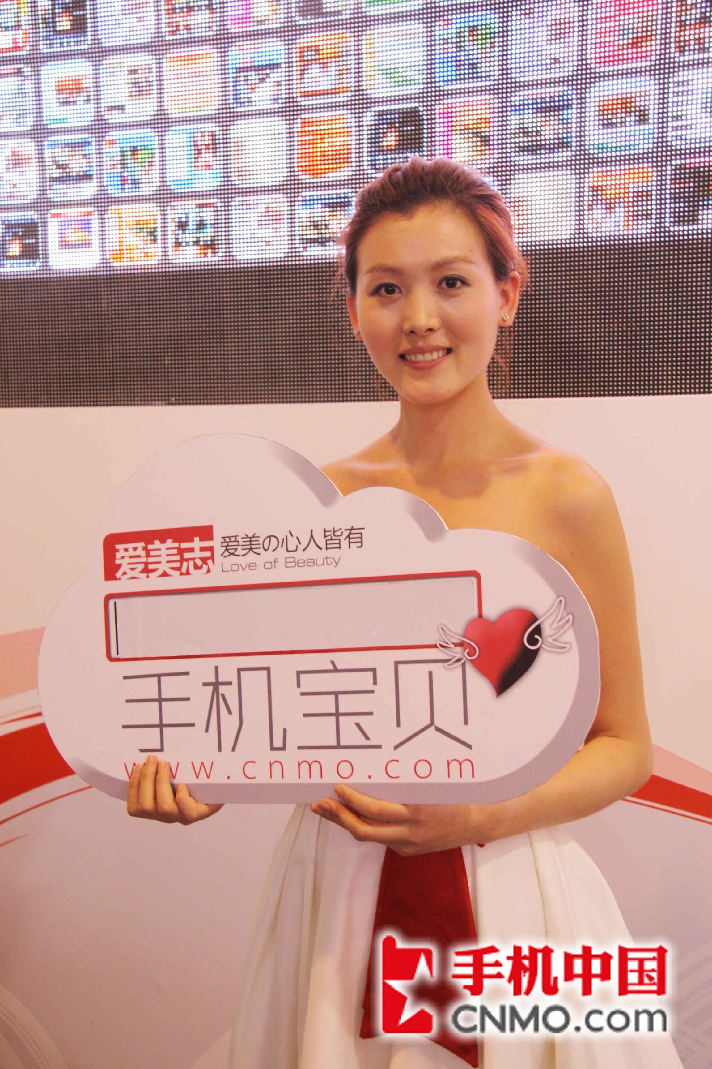 2011通信展:可爱前台美女手机宝贝秀