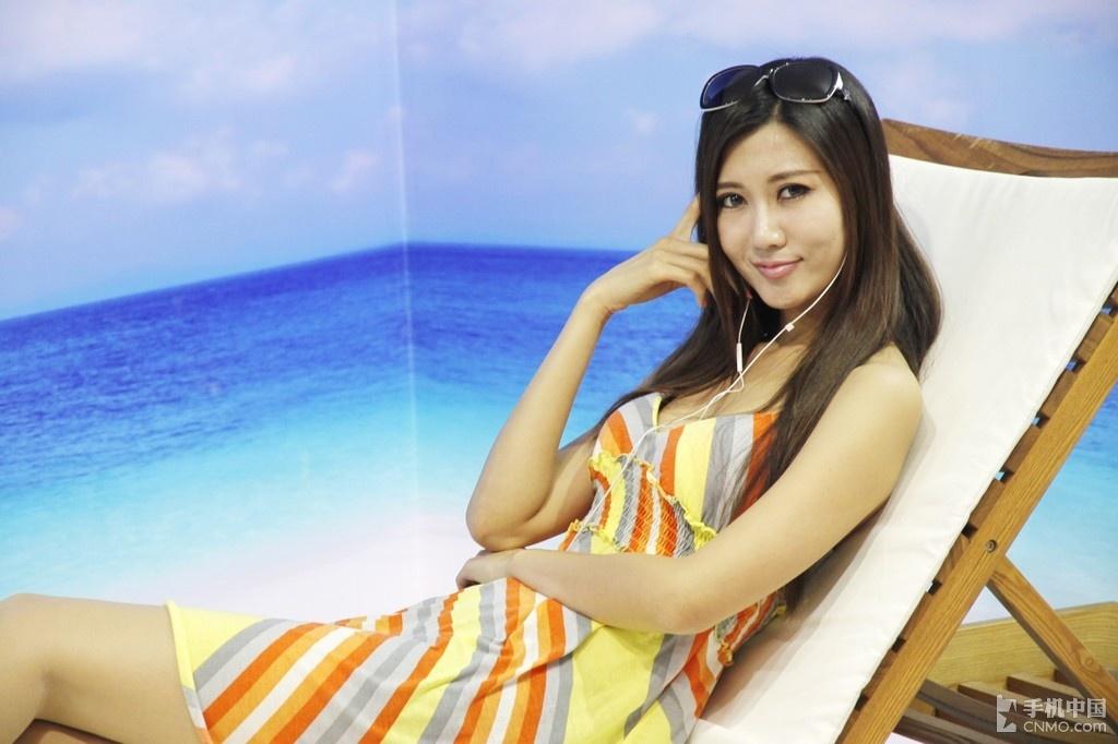 普天展台美女享受阳光海滩