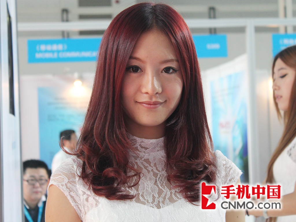 2012通信展:酒红披肩发美女清新可人