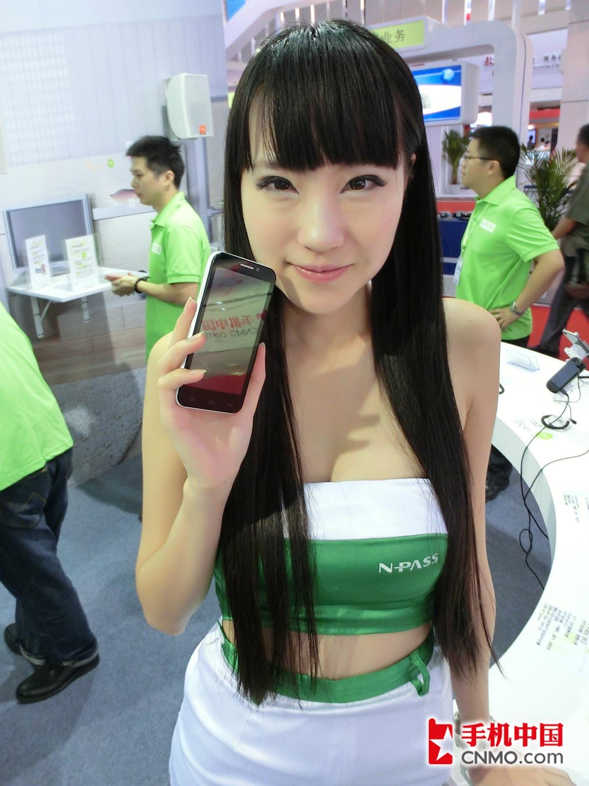美女展示 2012通信展:齐刘海水蛇腰长发