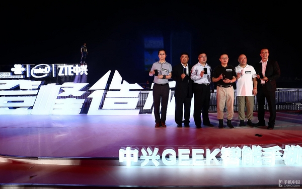 英特尔双核+无线充电 中兴GEEK正式发布