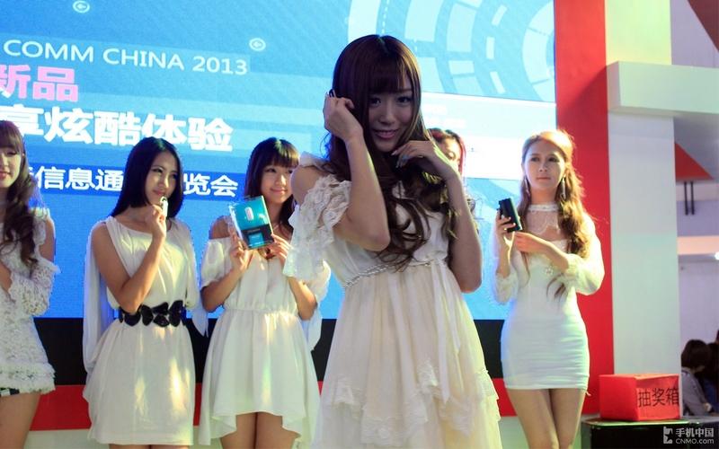 模特示范佩戴蓝牙耳机_手机中国