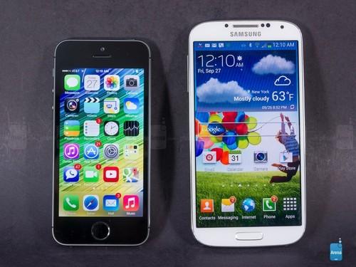 苹果5与三星s4�:/�_4英寸的iphone 5s和5英寸的三星galaxy s4