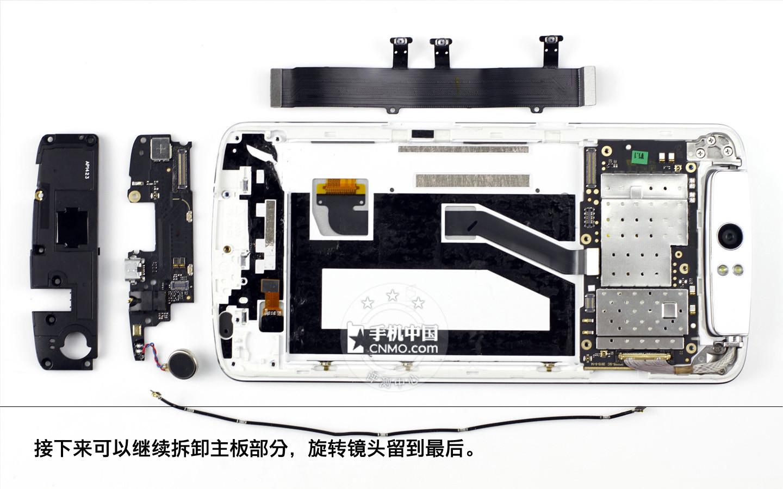 小主板上连接线连接着震动单元,其次上方还有usb接口,麦克风和耳机