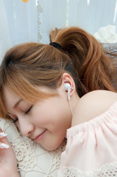 甜美小清新 可爱妹妹的性感耳机广告秀